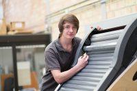 Rollladen- und Sonnenschutzmechatroniker am Dachflächenrollladen